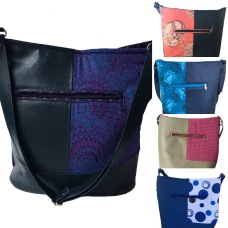 This eye-catching design is comprised of vinyl and shweshwe panels. The perfect choice for those who like a deep handbag. It has internal pockets and an adjustable shoulder strap. Dimensions: 22 x 26 x 16cm